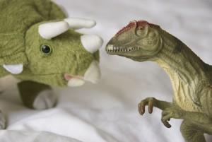 zwei Spielzeug-Dinos schauen sich an
